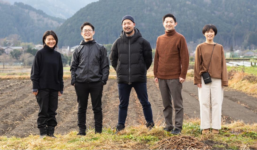 あぜ道に立つ「食のサステナブルAWARD」金賞を受賞した「京都里山プロジェクト」のメンバーの写真
