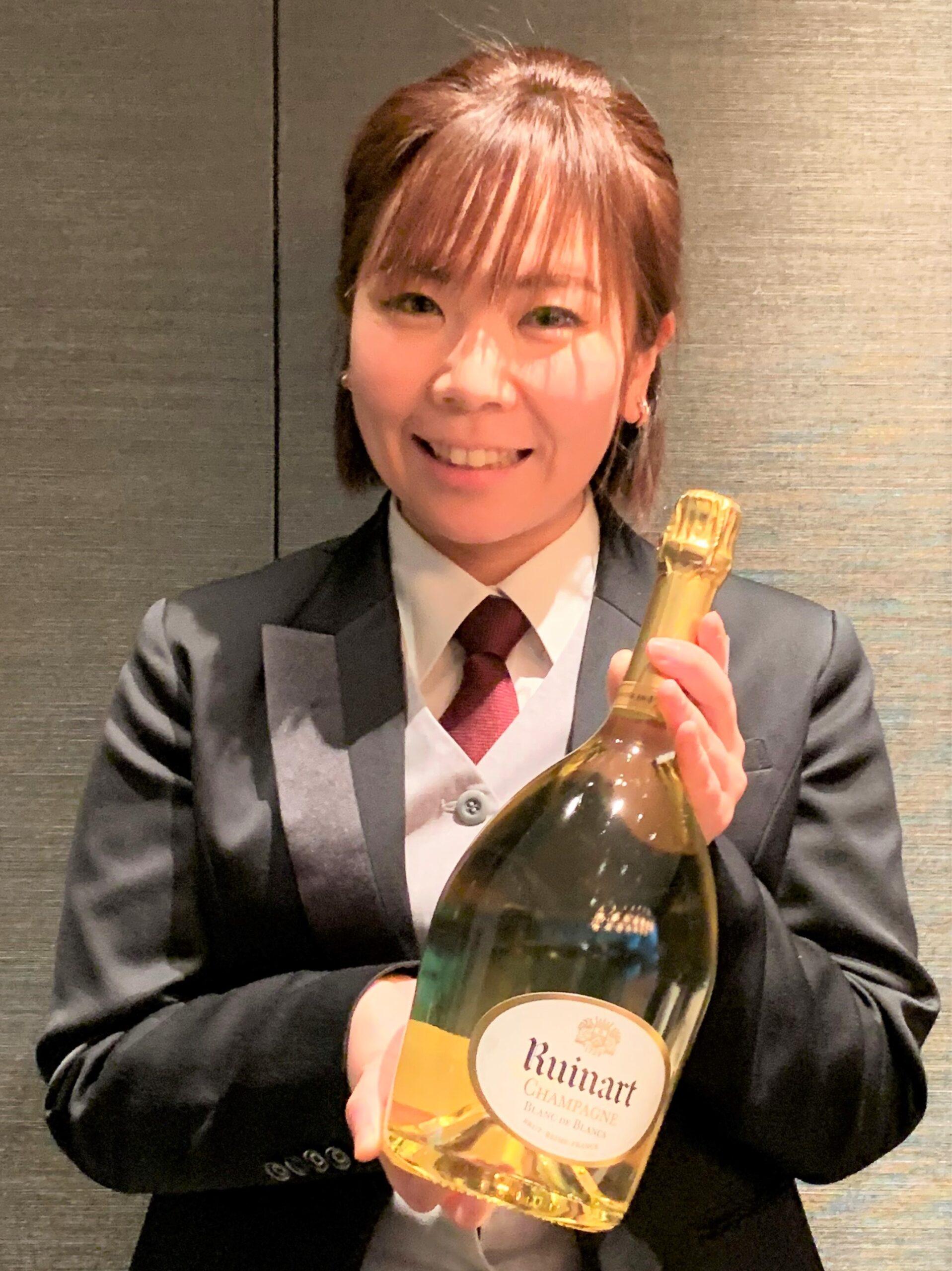 ルイナールのボトルを持つ森本さんの写真