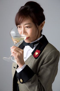 テイスティングをする友田晶子氏の写真