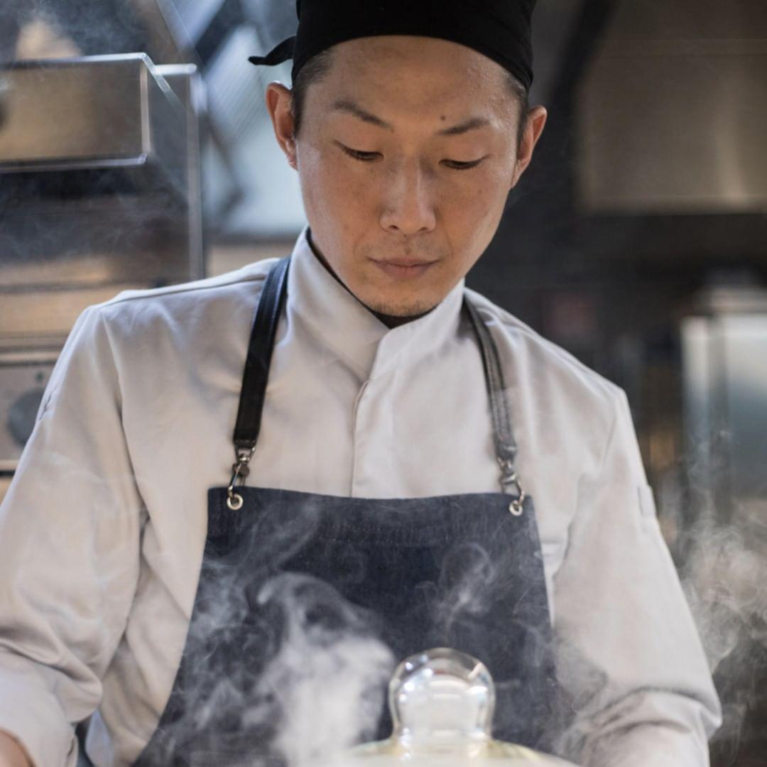 料理をしている小寺さんのバストアップ写真