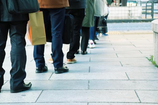 待ち時間のイメージ:行列にならんでいる人達の足元
