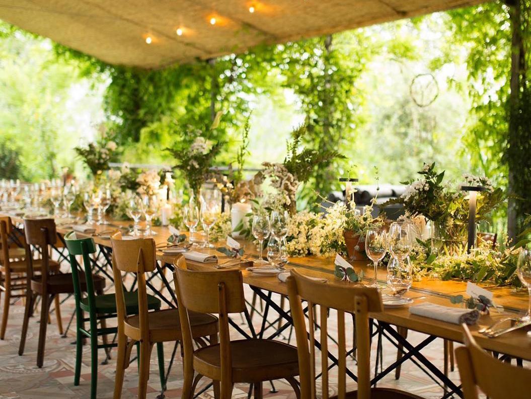 リストランテ「le cementine(レ チェメンティーネ)」の日が差し込み明るい華やかな雰囲気の内観の写真