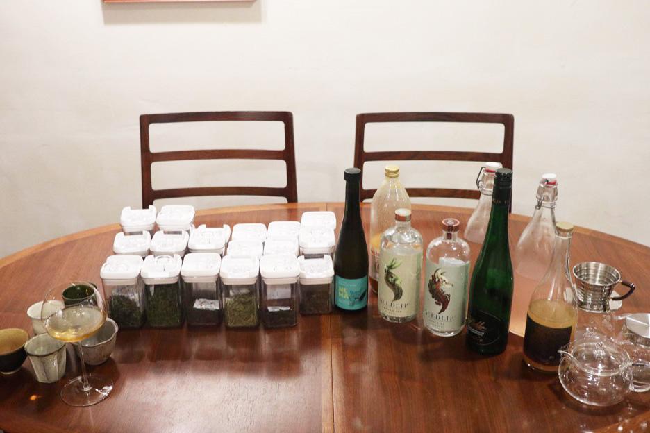 perticaで提供している中国茶やジュースなどがテーブルに集められている写真