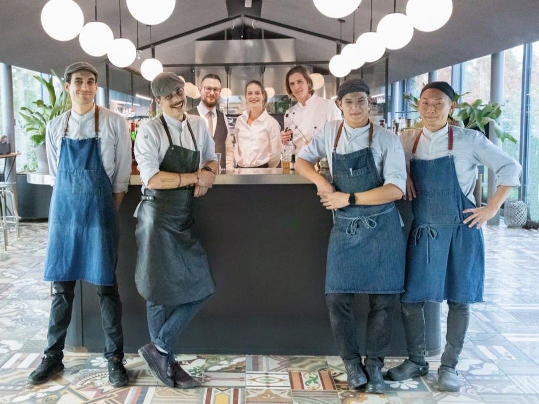 リストランテ「le cementine」の店内で仲間たちと肩を並べて集合している写真。