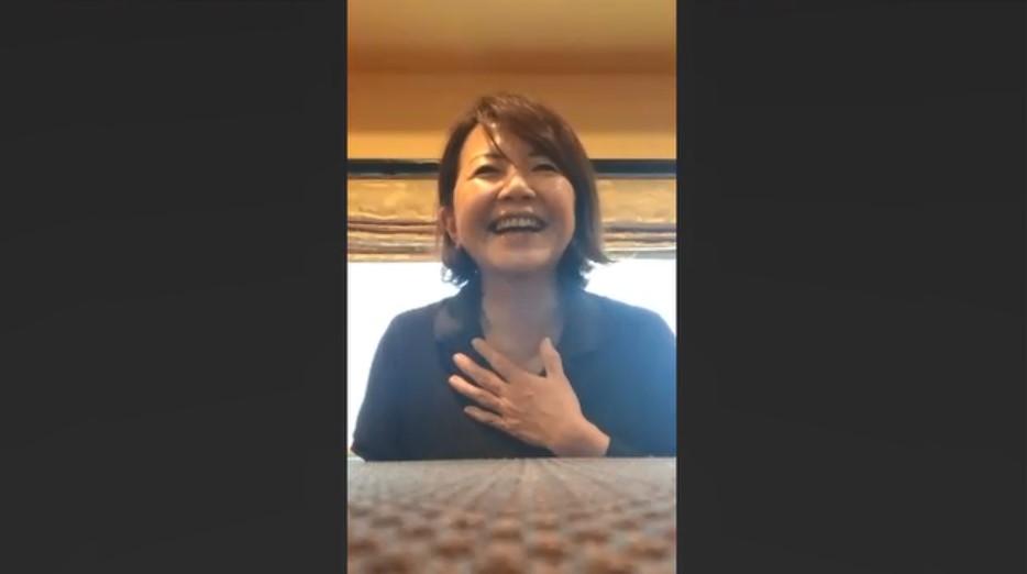 胸に手を当てて話す張 珉住さんの写真