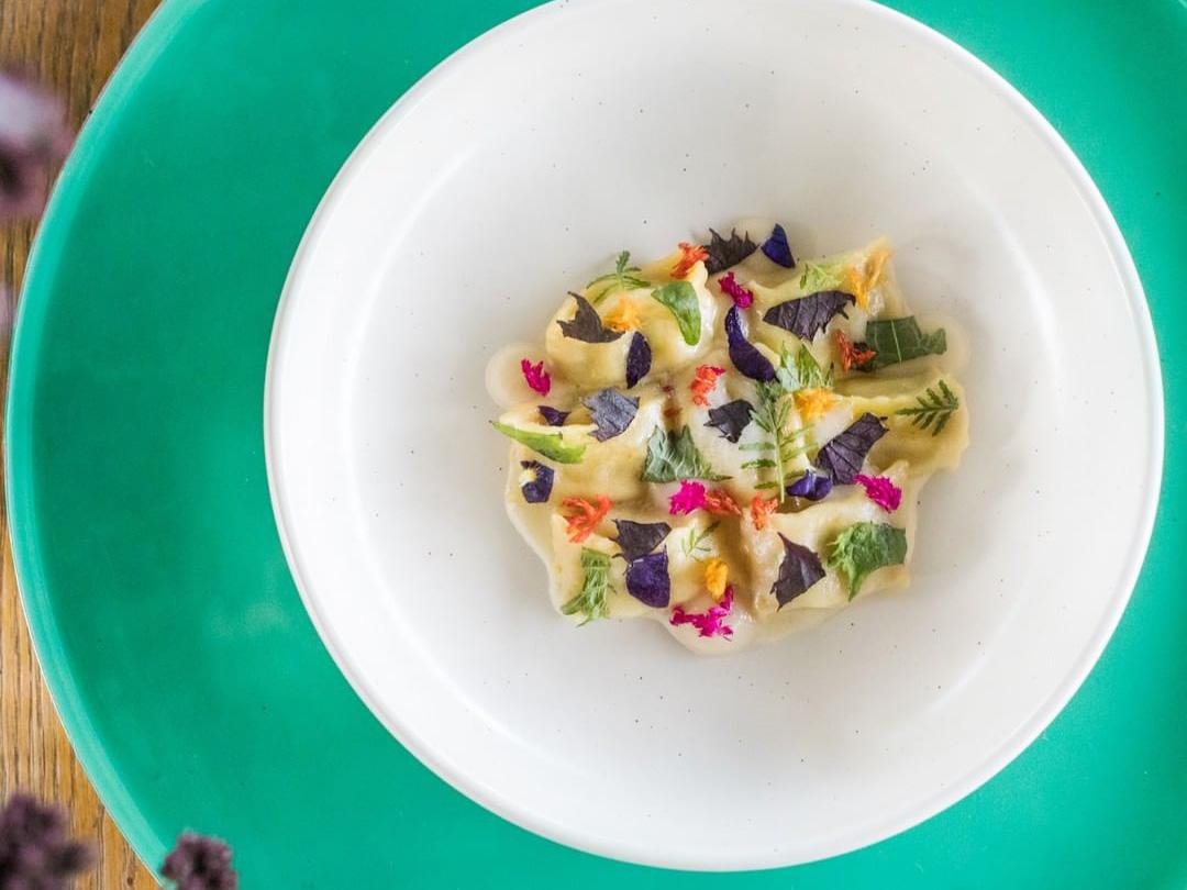 色鮮やかな料理が盛り付けられている写真