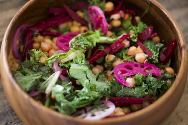 イメージ写真:木のボウルに盛り付けられた野菜のサラダ。緑・赤の野菜と、豆が入っている