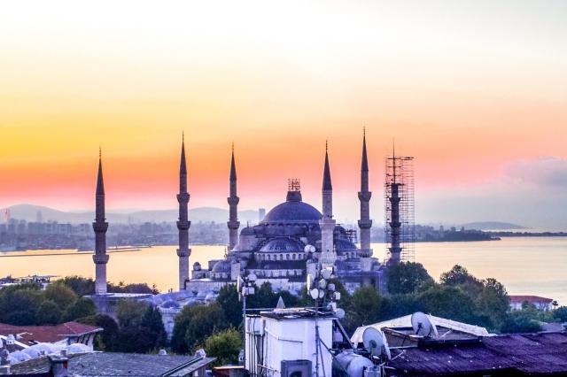 イメージ写真:夕日に染まるトルコのイスタンブールを代表するモスク・スルタンアフメト・モスク