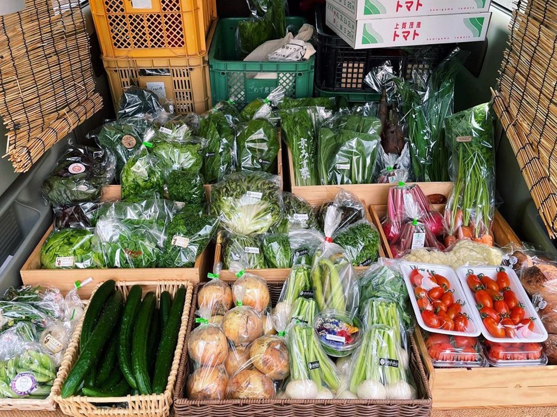 ミニバンにびっしりと積まれた野菜の写真