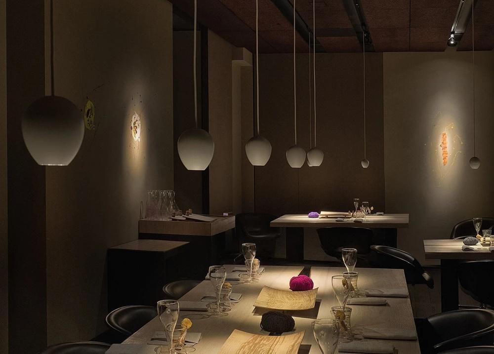 きれいにセッティングされたテーブルが並ぶ「Le Calandre(レ・カランドレ)」の内観写真