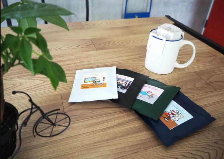 テーブルの上に置かれたcoffee and spice.のドリップコーヒーの写真