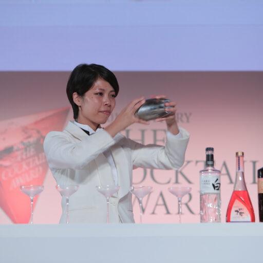 「カクテルアワード2019」受賞の土屋 明日香(ひじや あすか)さんがカクテルを作っている写真