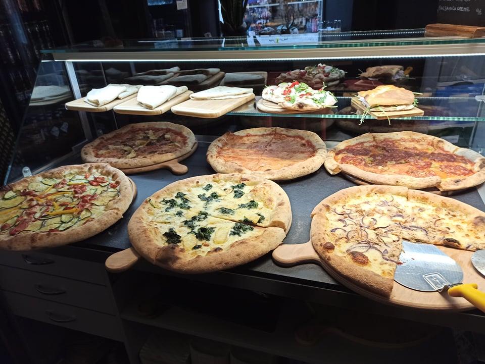 ショーケースの中に並んでる6種類のピザの写真