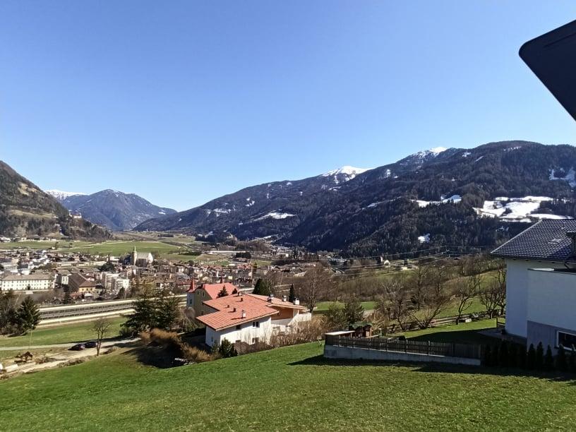 山に囲まれた自然豊かな街並みの風景
