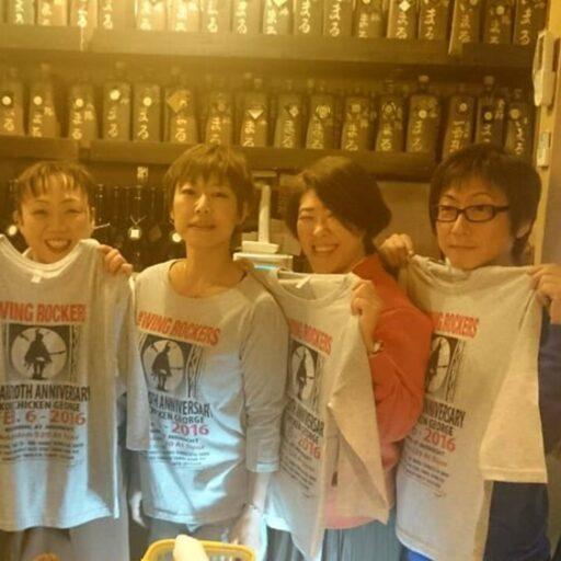 店内でスタッフさん5名と並んでTシャツを身に着けている井丸さん