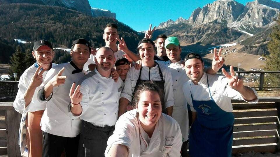 「hotel panorama(ホテルパノラマ)」で一緒に働いた仲間たちとの集合写真