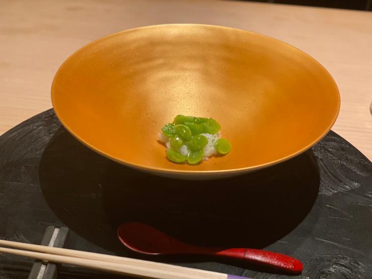 金色の皿に盛られた「新銀杏のあたたかいお寿司」