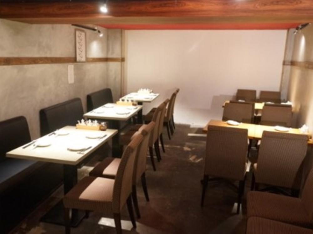 地下にある「楽関記」のテーブル席