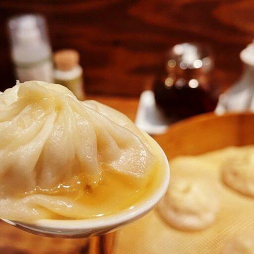 レンゲにのった中華料理店「楽閑記」の肉汁たっぷりの小籠包