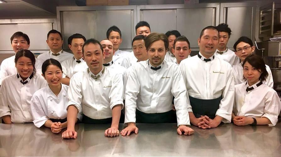 「ハインツベック東京」のスタッフたちと菱田さんの集合写真