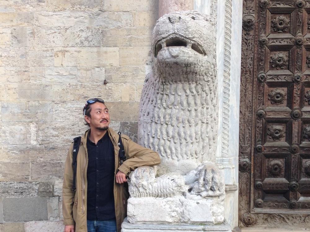 パルマの教会の前のライオンと森山さん