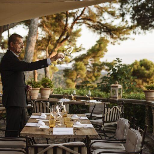 レストランのホールでワイングラスを傾けている男性
