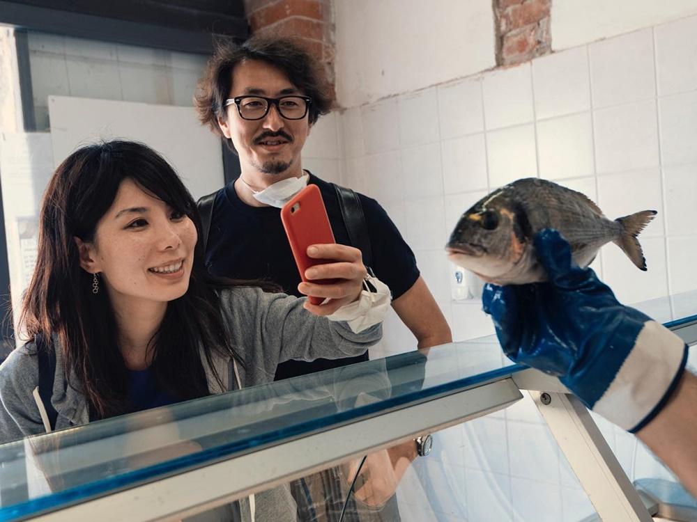 魚の写真を撮る小百合さんと森山さん