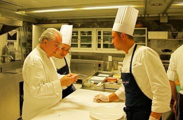 マルケージ氏から伝統料理を学ぶ菱田さん