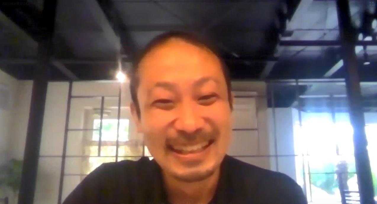 笑顔で受け答えする菱田さん